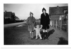 Atie en Jeany van Tongeren met zoontje van bewoners 1944