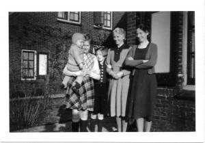 Atie en Jeany met tantes Agaath en Riek Dirkse