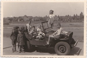 Bevrijding Haarlem vlnr in jeep 3 kind Jansen