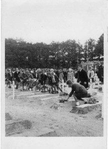 Bloemen leggen 25 sept. 1945