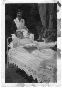 """Boy Schriefer 1 week oud met zijn moeder in Huis """"Hartenstein"""" 1936"""