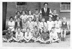 School 1943 Boy links van  Mej. van Vlist