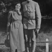 Dhr. Roelofsen in Nederlands militair uniform met verloofde Mej. van Viegen