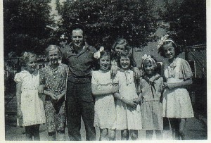 Ria (rechts) met Canadese bevrijder