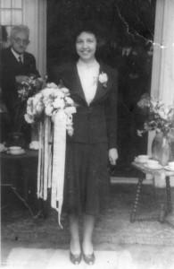 Trouwdag 7 juni 1944 Rhoda met haar vader Xeno Munninghoff