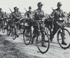 De bezetter levert fietsen en wapens in. Foto Bert Kerkhoffs