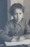 Ina Vette op school in 1945
