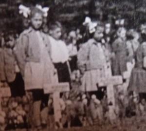 Janet en Ina Vette in 1946 op Airborne kerkhof