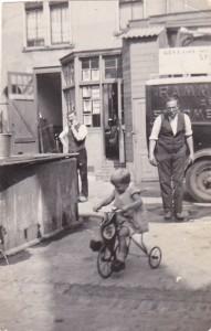 Thea Bouhuijs in 1935. Vader kijkt toe.