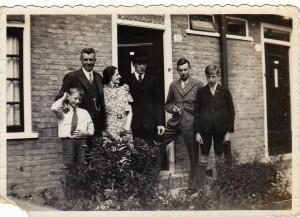 Het gezin Davidse. Piet uiterst links