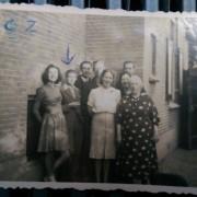 Familie Ploeg bij pijl Adriaan van der Hidde Jan Willem rechts van Adriaan
