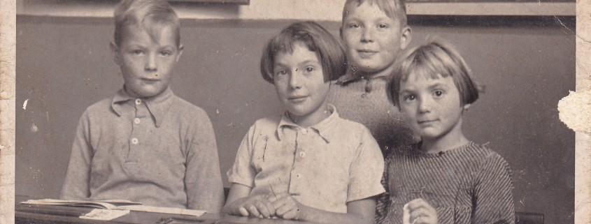Rechts Corry Snippe1942 School met de bijbel