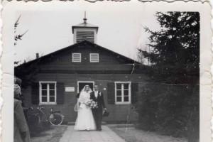 Trouwfoto 24 nov. 1956 voor de noodkerk uit Zweden.